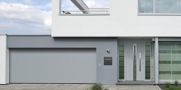 Grijze voordeur met 2 zijramen